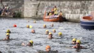 Voormalig zwemkampioen zwemt 20 kilometer door de Roer tijdens Roermond City Swim