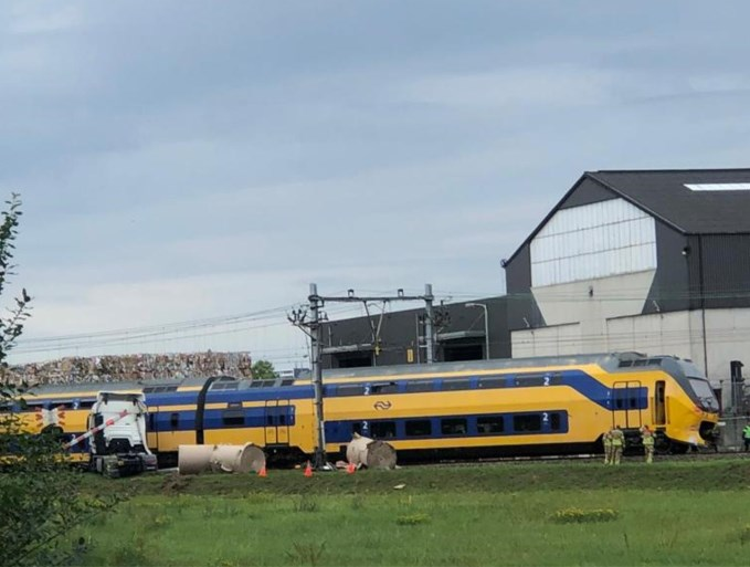 Video: Trein botst tegen vrachtwagen in Roermond
