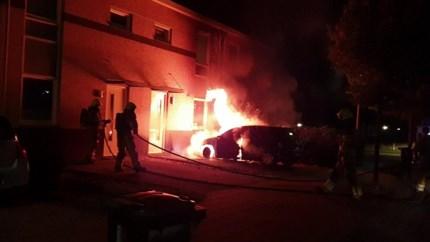 Video: Auto op oprit huis Eygelshoven gaat in vlammen op