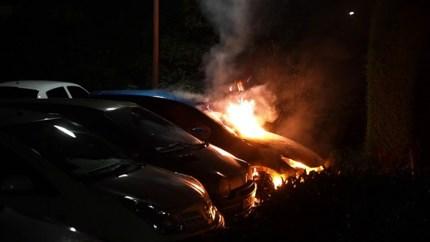 Video: Geparkeerde auto brandt volledig uit in Weert