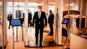 Koning bezoekt Schiphol: 'Bij hem is het niet gespeeld, dat merk je gewoon'