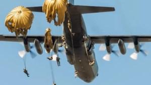 Oefening met parachutisten vanaf Vliegbasis Eindhoven