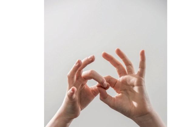 Voorlezen met gebaren in bibliotheek Nuth