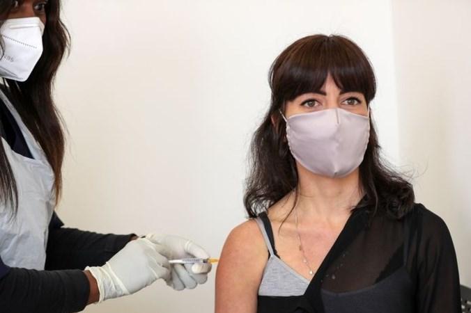 Test coronavaccin stopgezet: kunnen miljoenen doses nu de prullenbak in?