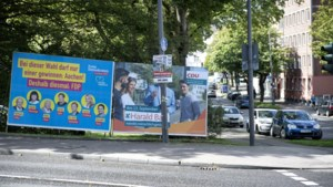Duitse buren gaan zondag met een stapeltje stembiljetten het stemhokje in
