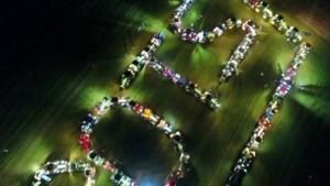 Video: Boeren vormen met tractoren de kreet 'Boerentrots': ludieke actie in Heuvelland