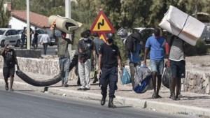 Op Lesbos is de chaos compleet: 12.000 mensen op straat, terwijl corona rondwaart