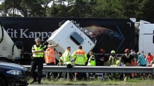 Video: Vrachtwagens botsen in file op elkaar, A73 urenlang afgesloten