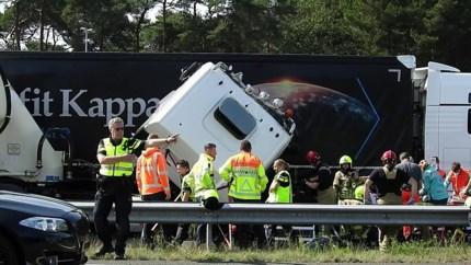 Video: Vrachtwagens botsen in file op elkaar: A73 urenlang afgesloten