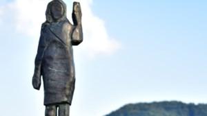 Bronzen (in plaats van houten) beeld Melania Trump onthuld in Slovenië