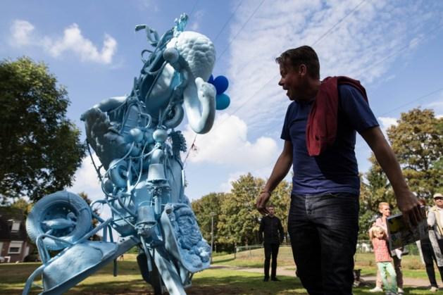 David Bade gaat snel aan de slag met zijn door vuurwerk verminkte kunstwerk in de Heerlense wijk Rennemig