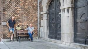 Venlose kapper zet 'overlastbankje' uit protest in eigen zaak