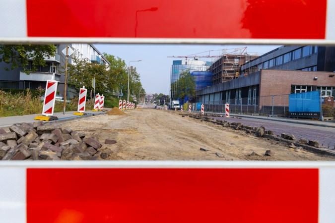 Omgeving kantoor Waterschap Limburg op de schop: van zandbak naar groene laan met bomen