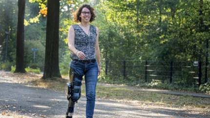 Video: Linda uit Weert loopt als eerste in Nederland op computergestuurde brace