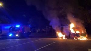 Video: Bestelbus in lichterlaaie op parkeerplaats langs A73