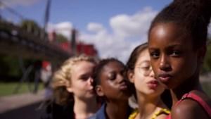 Filmrecensie 'Cuties': geen smeerlapperij, maar openhartige inkijk in leven van kinderen op weg naar volwassenheid