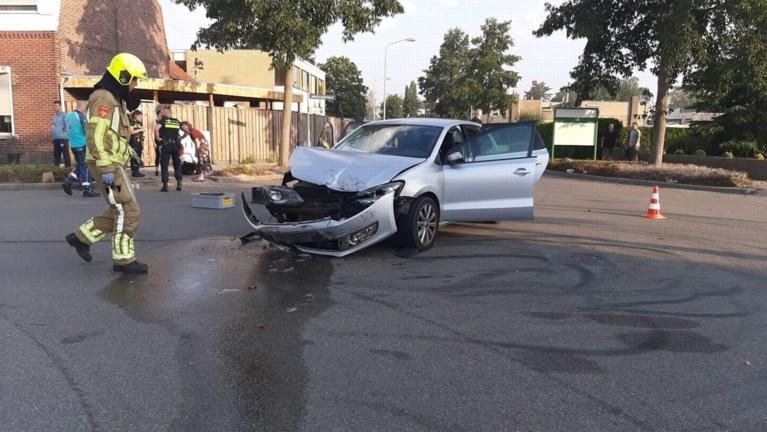 Video: Bestelbus belandt in voortuin na botsing met auto