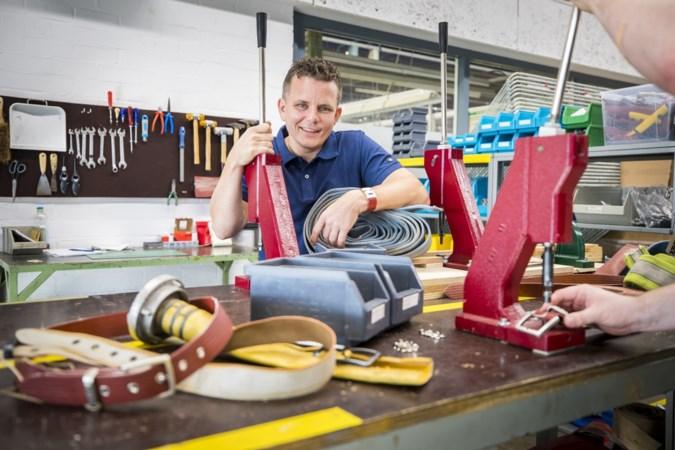 Venrayse brandweerman maakt duurzame spullen van 'slangenleer': 'Het zijn stoere, rode riemen'