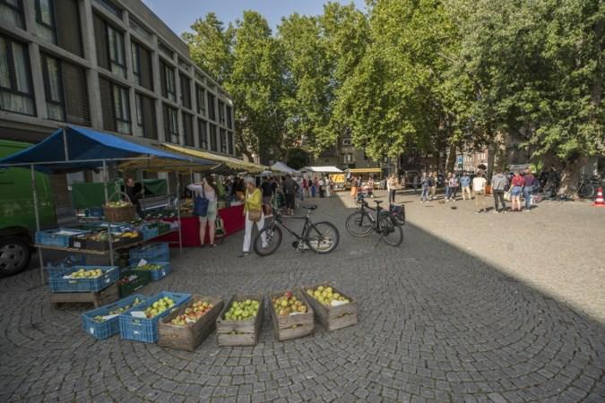 Martkooplui en bezoekers genieten van de 'bijna-Parijse sfeer' op de nieuwe plek van de Bio Markt in Maastricht