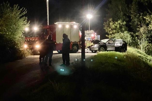 Auto komt in greppel terecht, bestuurder gewond afgevoerd