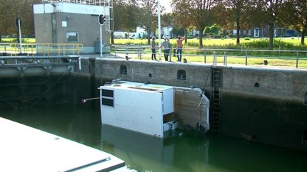 Foutje: boot slaat om in sluis Linne, opvarenden te water