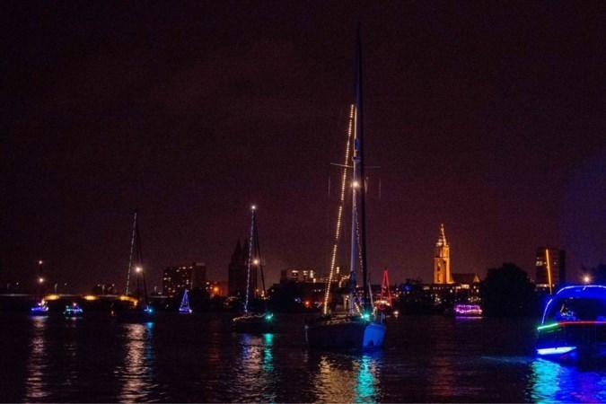 Ondanks afgelasting toch kleine lampionnentocht met boten op de Maas in Roermond: 'een spontane actie'