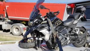 Motorrijder botst tegen vrachtwagen en raakt gewond