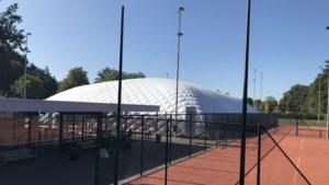 Pakketje van 3,5 bij 1,5 meter verandert binnen vier uur in een opblaasbare tennishal van 50 bij 40 meter