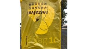 Pilaren rond Afslag 10 allemaal afgedekt met plastic
