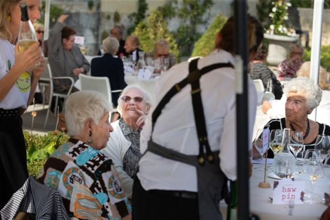 Haw Pin lunch is eerste uitje voor ouderen sinds corona: 'Iedereen heeft hier zo naar uitgekeken'