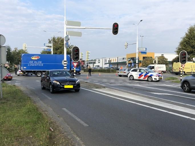 Politieauto op weg naar spoedmelding botst tegen vrachtwagen