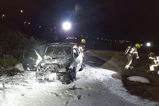 Auto vat vlam tijdens het rijden en brandt volledig uit
