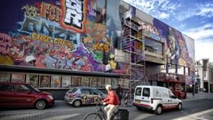 Mural met scènes van filmklassiekers Quo Vadis en Gladiator op zijgevel van Quatro-bioscoop in centrum van Heerlen