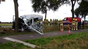 Busje botst tegen boom in Kessel: meerdere gewonden