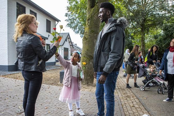 Open dag geschrapt vanwege corona: asielzoekers delen rozen uit in Baexem