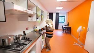 Burendag: het asielzoekerscentrum aan de Maas in Maastricht is bijna een dorpje op zich