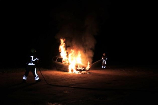 Auto uitgebrand op parkeerplaats van restaurant