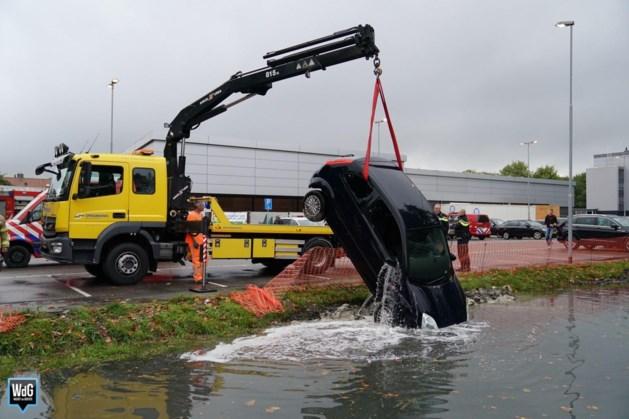 Video: Auto rijdt de sloot in bij de Lidl in Weert