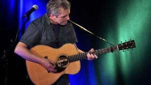 Iain Matthews zondag op het podium van SundayFolk &more in de Wingerd