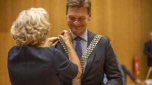 Corona-beëdiging: echtgenote hangt nieuwe burgemeester van Heerlen Roel Wever de ambtsketting om