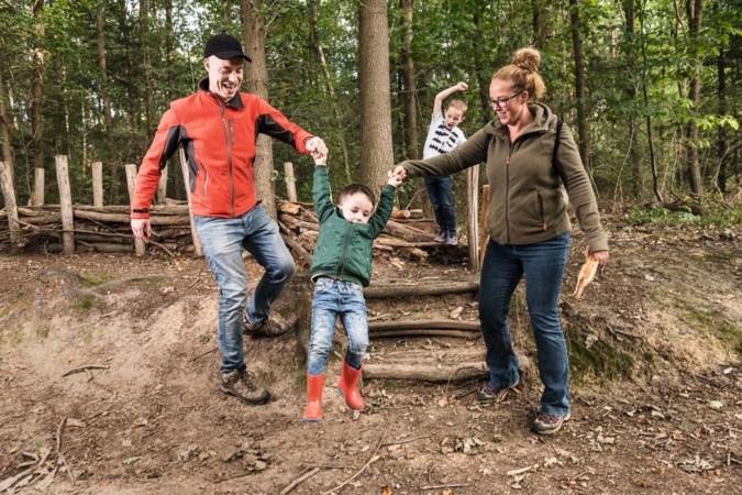 Jonas (5) en broertje Oskar (3) uit Schinnen zoeken trollen in het bos in Haelen