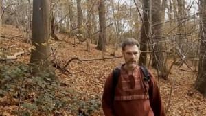 'Brech betastte jongetjes die verstoppertje speelden in bos en jongen met vlieger'