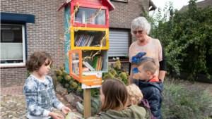 Joke Schols wil met eerste minibieb in Lindenheuvel de wijk aan het lezen krijgen