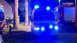 Video: Zwaargewonde na botsing tegen boom in Melick