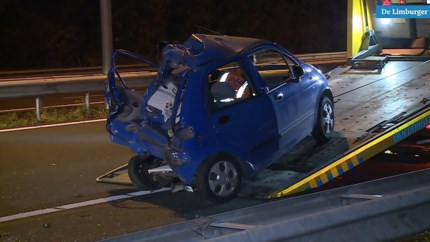 Video: Inzittenden laten autowrak achter na ongeluk op A2 bij Born