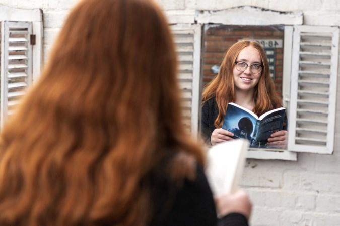 Geleense Noa (14) tikt jeugdthriller van 57.000 woorden op haar mobieltje