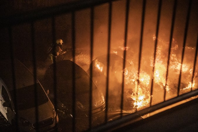 Auto's gaan in vlammen op bij Beekse Carmelflats: 'Een ghetto. Iedereen wil weg hier'