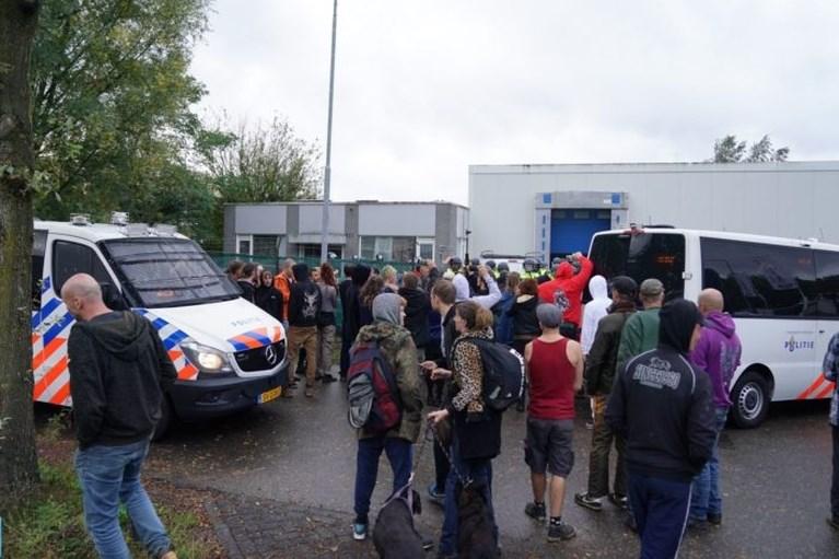 Video: Politie maakt eind aan feest met ruim 100 bezoekers in loods Weert