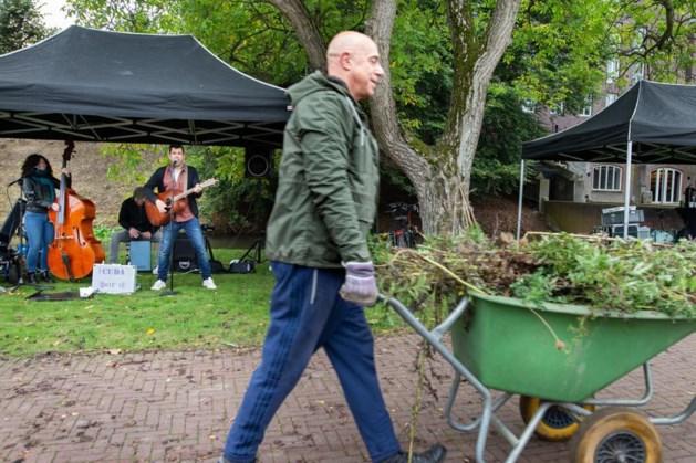 Geslaagde opruimactie met livemuziek op de achtergrond in verloederde Ursulinentuin in Sittard