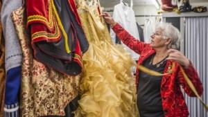 Corona nekt kostuumverhuur: tirolerpakjes blijven bij José uit Grubbenvorst in het rek hangen